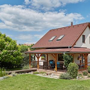 Samostatně stojící rodinný dům postavený jako dřevostavba s podkrovím