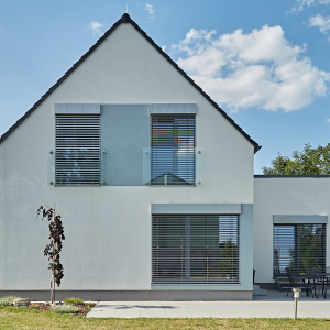 Pohled na čelo moderní podkrovní dřevostavby na Olomoucku