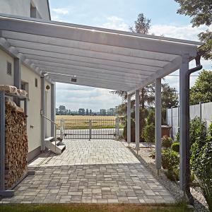Terasa a prostor pro parkování auta u moderní dřevostavby - rodinného domu