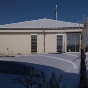 Světlý energeticky úsporný dům postavený jako dřevostavba v Křižanovicích v zimě