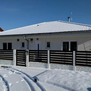 Přízemní dřevostavba světlé barvy. Jednoduchý a účelný rodinný dům od firmy Bajulus.