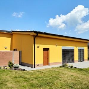 Žlutý rodinný dům postavený jako přízemní bungalov firmou Bajulus