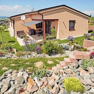 Oranžový rodinný dům postavený jako dřevostavba - přízemní bungalov