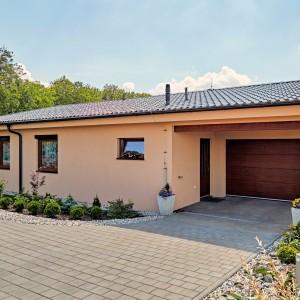 Světle oranžový rodinný dům postavený jako přízemní bungalov firmou Bajulus