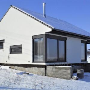 Bílý rodinný dům postavený jako dřevostavba - bungalov před dokončením
