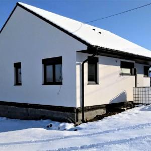 Bílá přízemní dřevostavba - malý ale účelný rodinný dům
