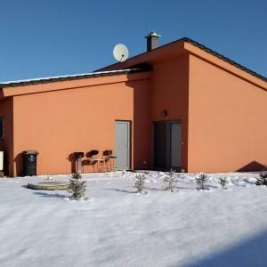Oranžový rodinný dům postavený jako dřevostavba (bungalov) společností Bajulus