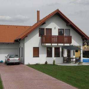 Velký rodinný dům s podkrovím postavený jako dřevostavba