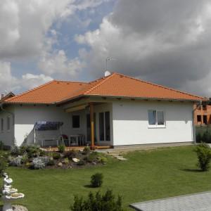 Přízemní rodinný dům světlé barvy - nízkoenergetická dřevostavba