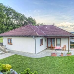 Světlý přízemní rodinný dům, dřevostavba