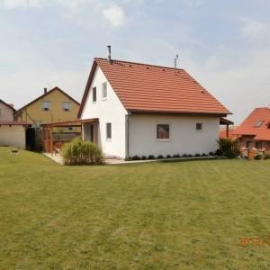 Světlý energeticky úsporný dům řešený jako dřevostavba v okrese Kladno